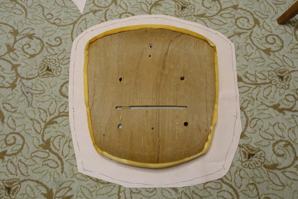 切った布と座面の大きさ比較