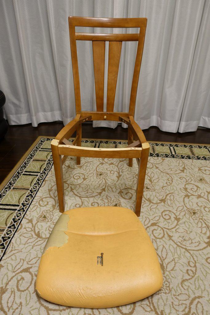 椅子本体から座面を外す
