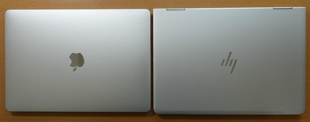 HP spectre x360とMacBook Proサイズ比較上から