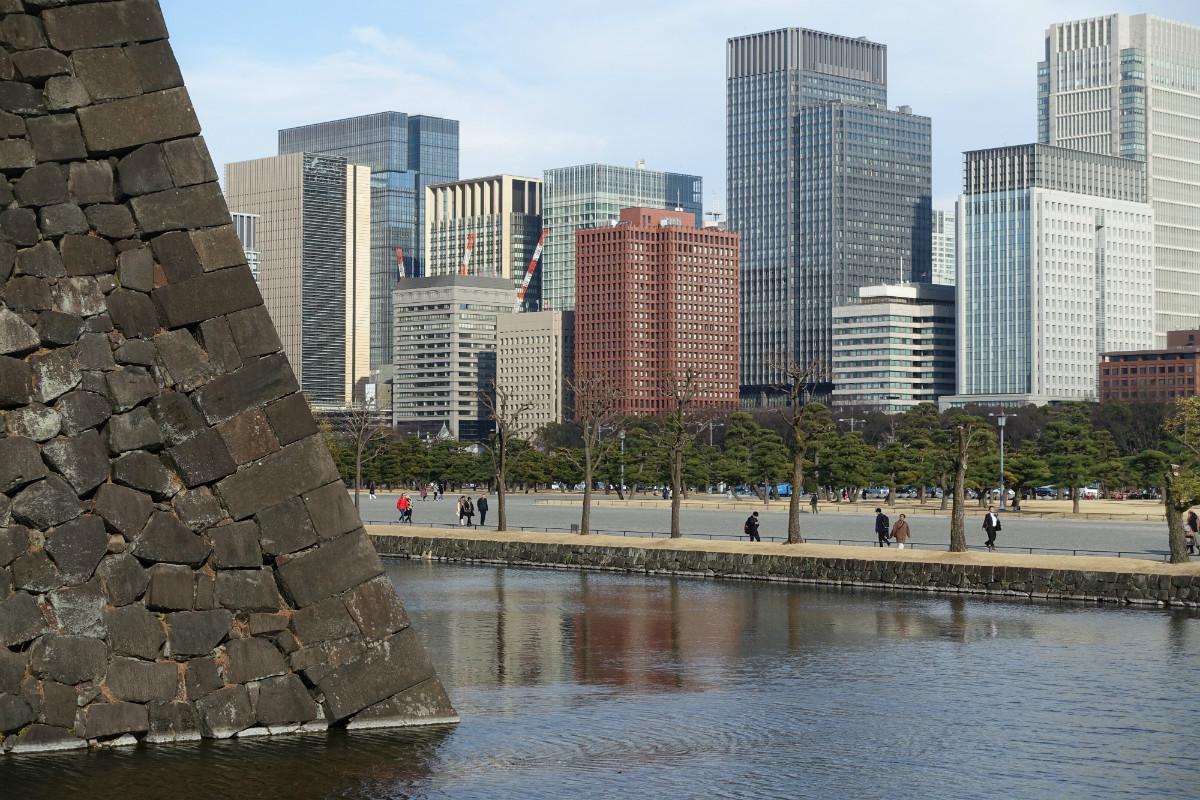 東京皇居石垣と丸の内のビル群