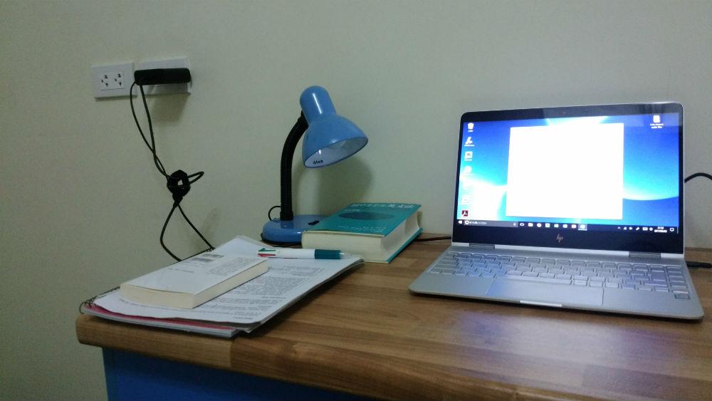 HP x360 005 寮の机で