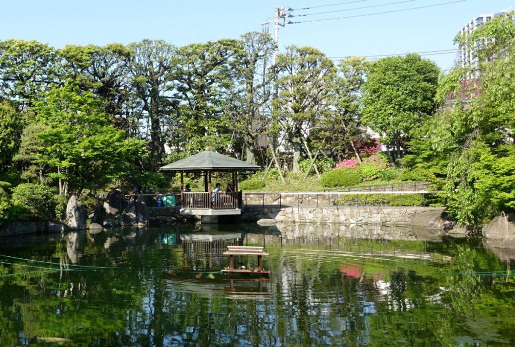 東京 目白庭園 池越しの六角浮見堂
