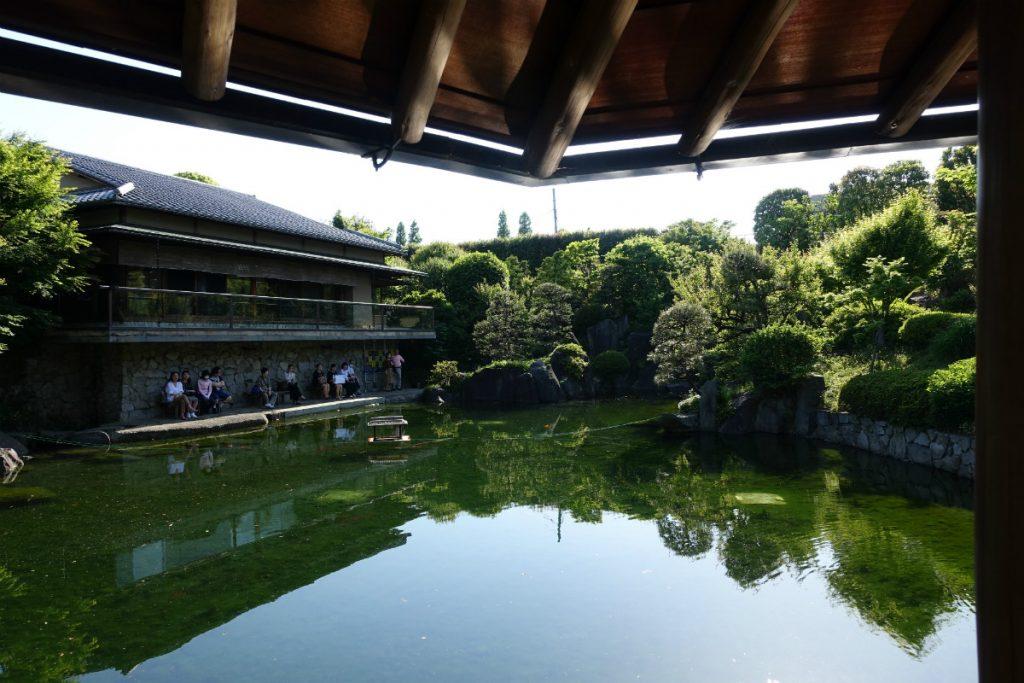 東京 目白庭園 六角浮き見堂からみた赤鳥庵