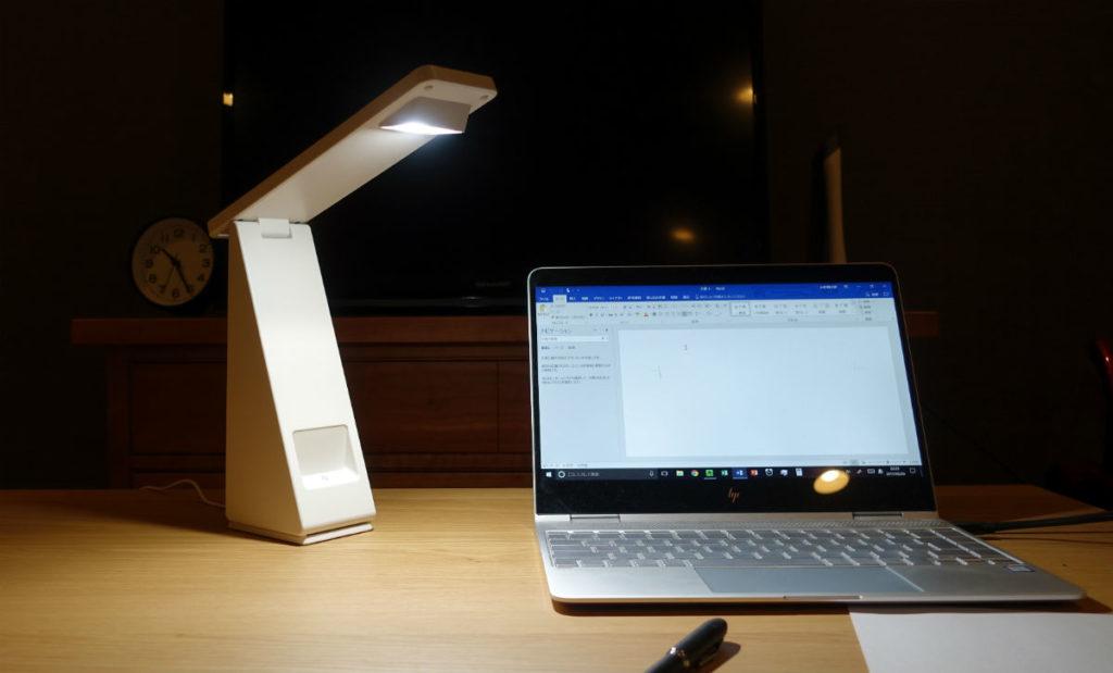 無印 手元をてらすリビングライト デスクトップでAC電源利用