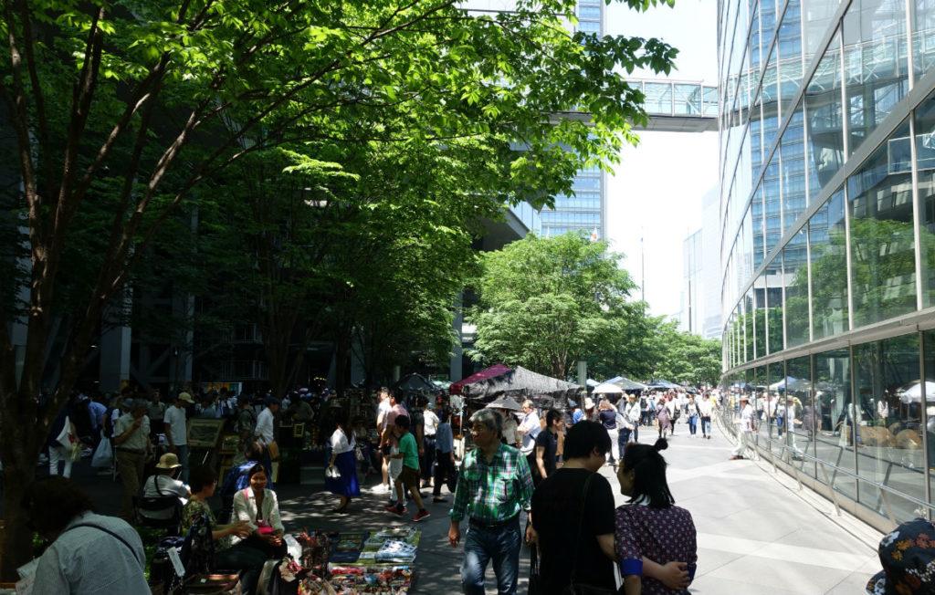 東京国際フォーラム 骨董市で混雑