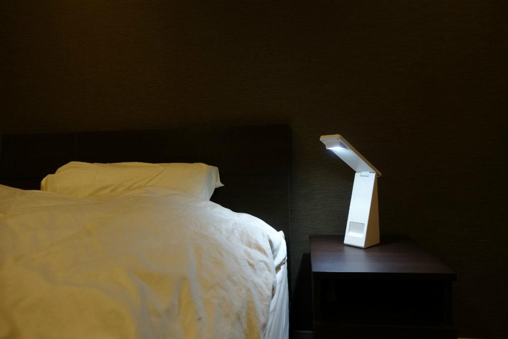 無印 手元をてらすリビングライト 充電池でベッドサイドへ