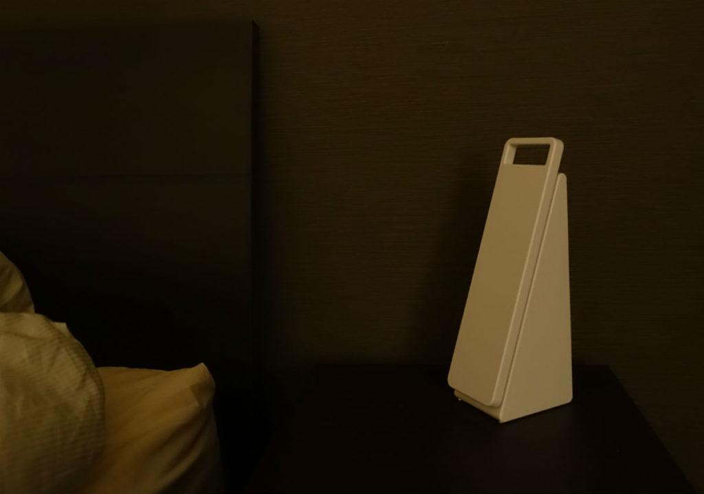 無印 手元をてらすリビングライト シェードをたたんで消灯
