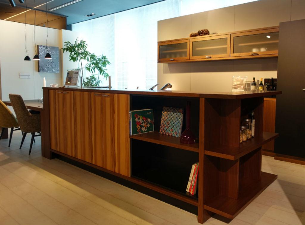 柏木工 東京ショールーム 木の素材感あふれるアイランドキッチン