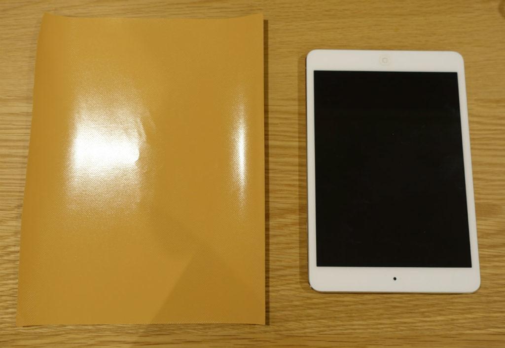 iPad mini 2 と切り出したダイノックフィルム粘着面
