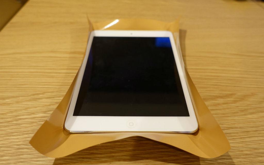 iPad mini 2をダイノックフィルムに乗せる