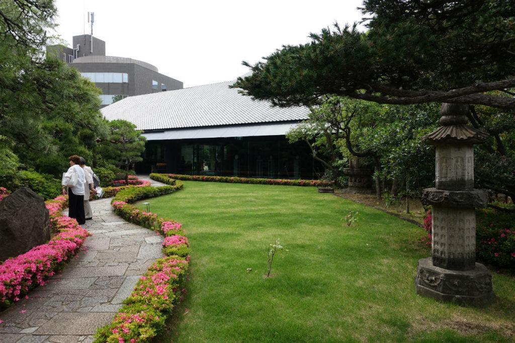 根津美術館 庭から本館を眺める①