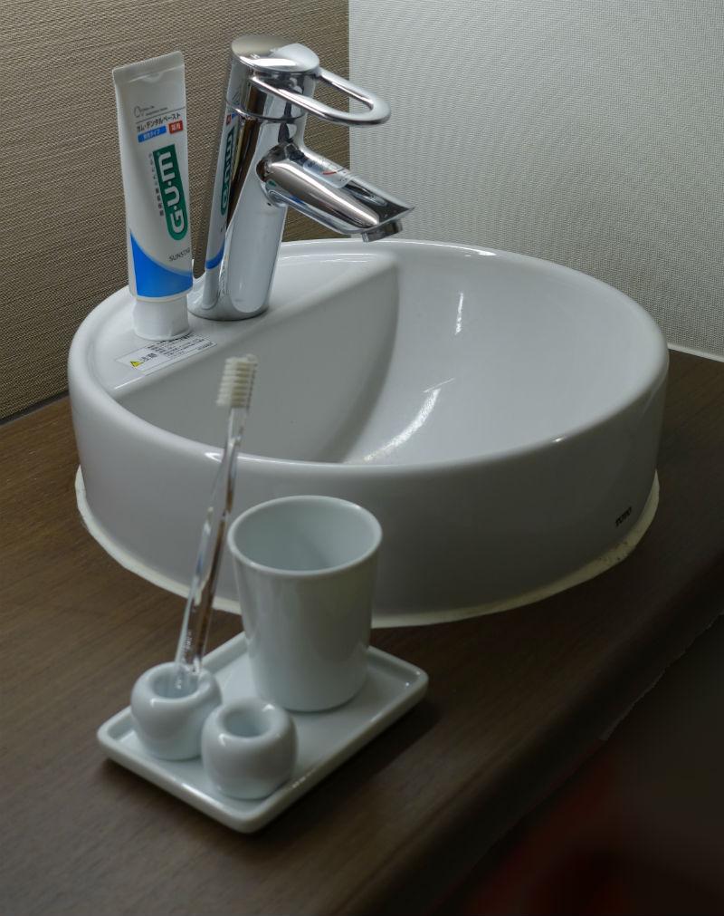 MUJI 白磁歯ブラシスタンド 洗面所に置いてみた図