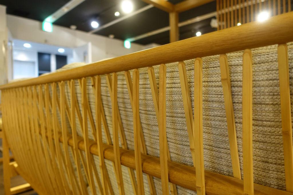 柏木工 東京ショールーム 背面が竹製のソファ背部拡大