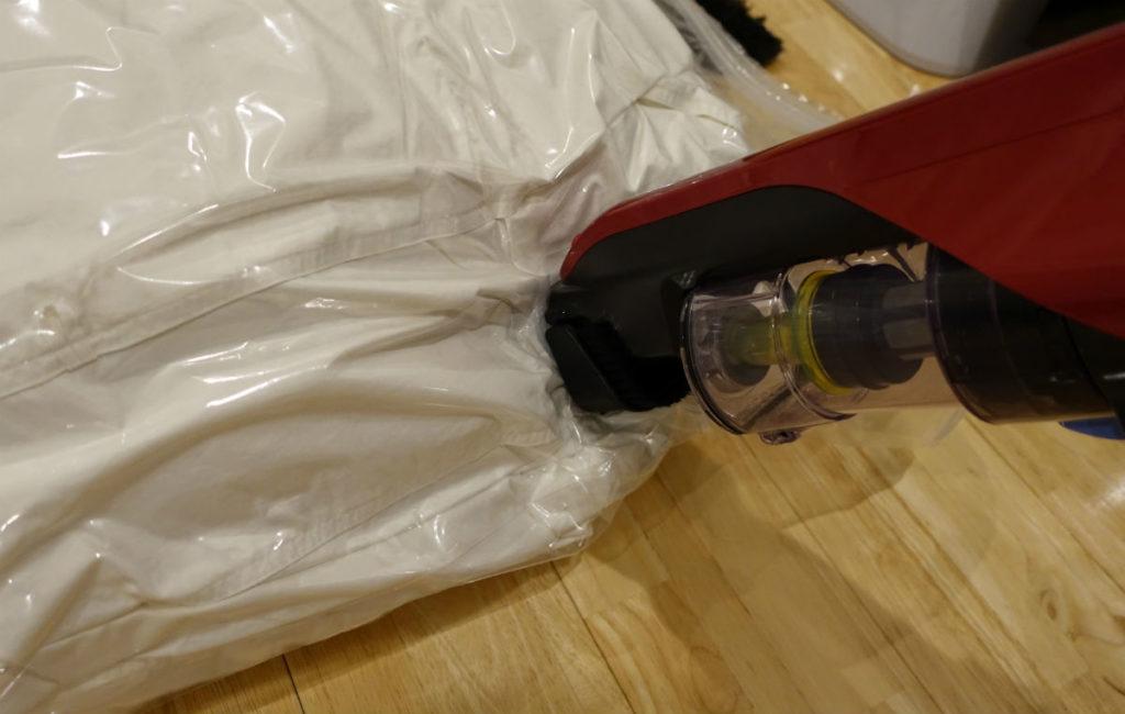 いたわり収納 まるめる羽毛布団圧縮袋 バルブから掃除機で吸い出す
