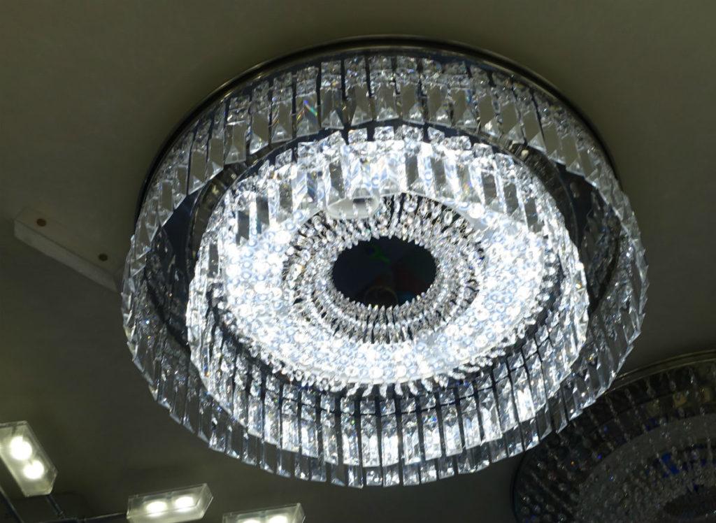 パナソニックリビングショールーム B1F シャンデリング 円筒状のタイプ点灯