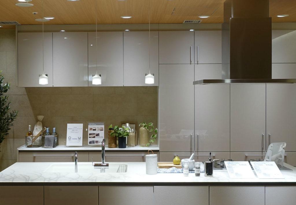 東京コラボレーションショールーム TOTOパネル 白いシステムキッチン