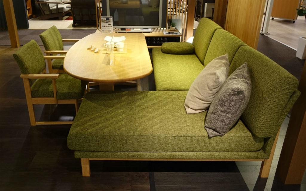 柏木工 東京ショールーム リビングダイニングテーブルとソファ