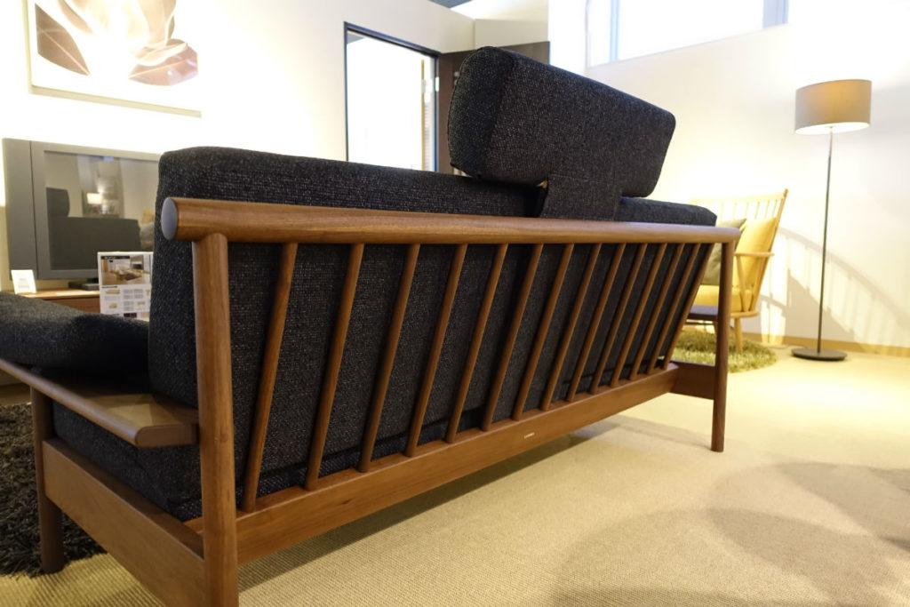 柏木工 東京ショールーム ソファーの木材を生かした背面