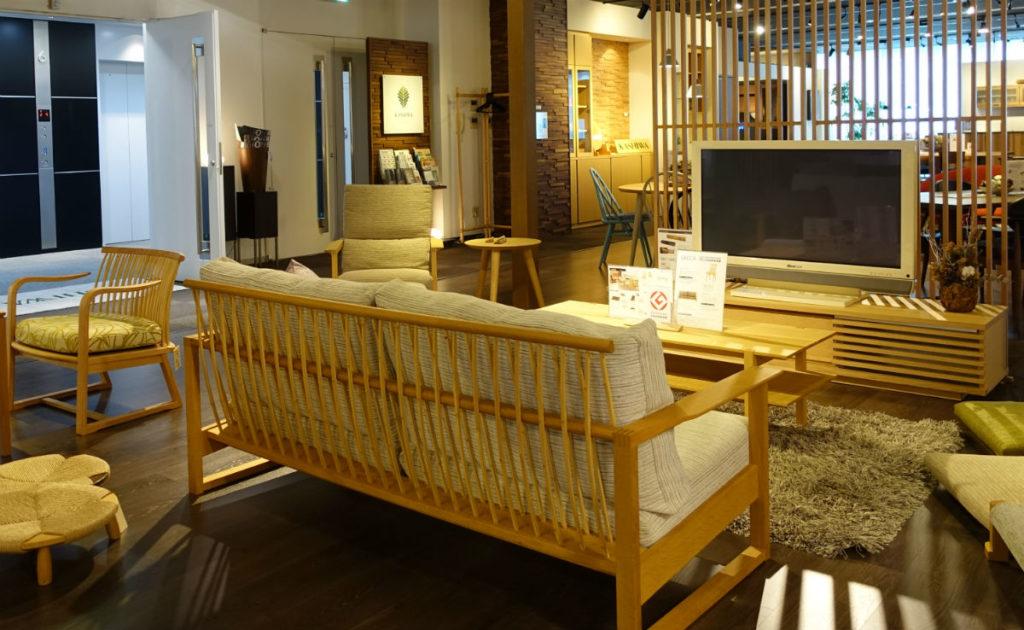 柏木工 東京ショールーム 背面が竹製のソファ