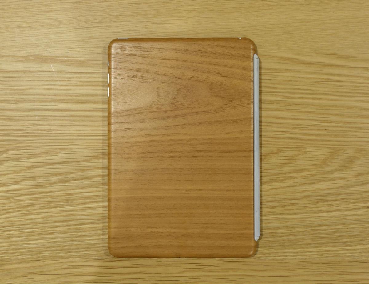 バックの木製テーブルと同化するiPad mini木目版