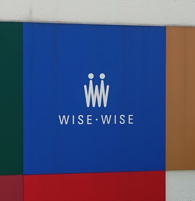 WISE・WISE表参道 入口看板