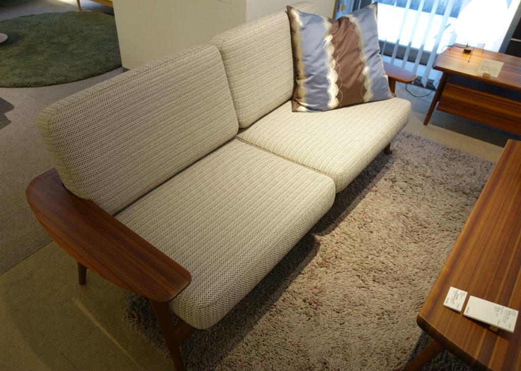 東京飛騨の家具館 圧縮杉のソファとセンターテーブル