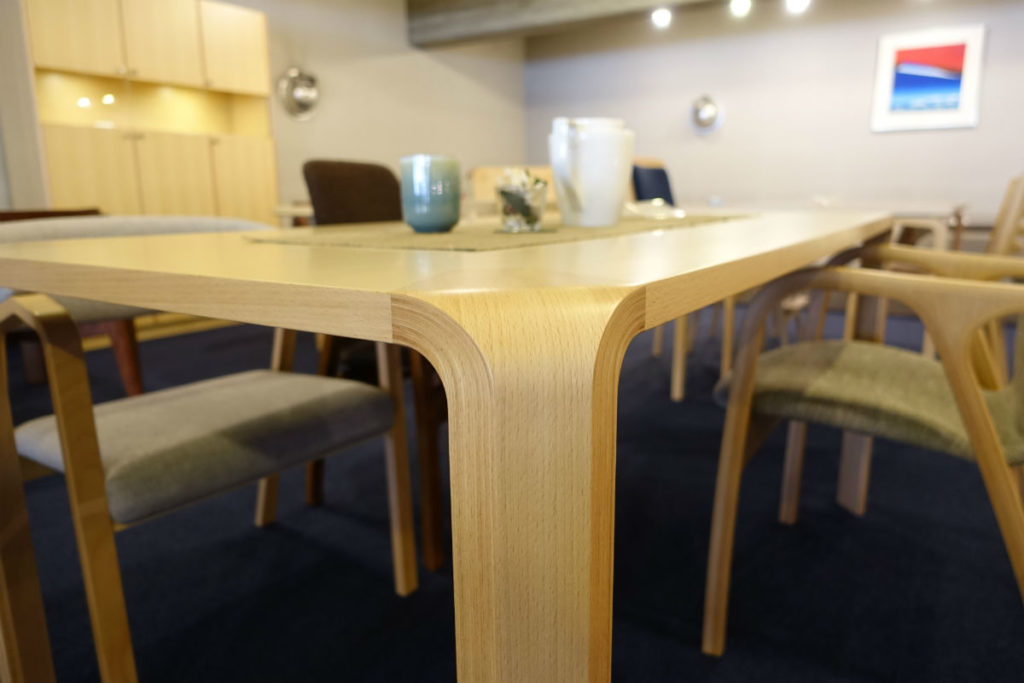 天童木工東京SR ダイニングテーブル 天板と脚の接合なめらか