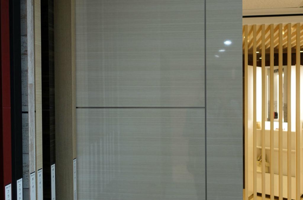 アイカ工業東京ショールーム メラミン化粧版 白木目つやありのドア