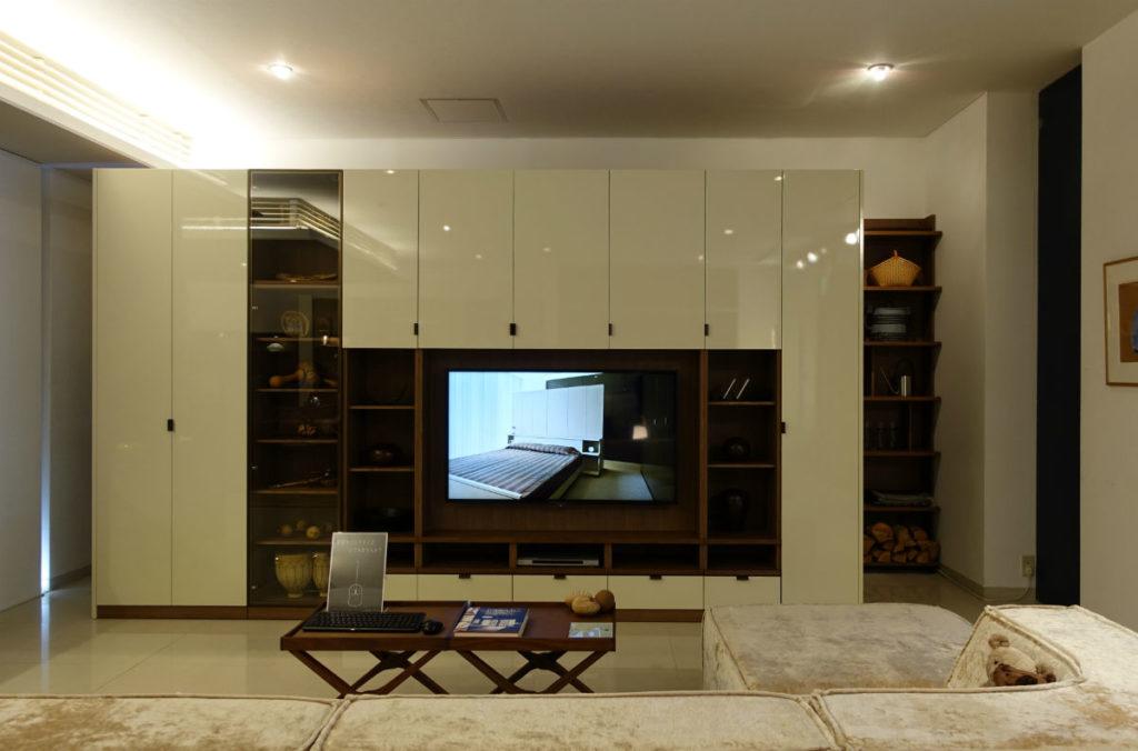 GALLARY収納 入口すぐのTVボード収納例 白パネル