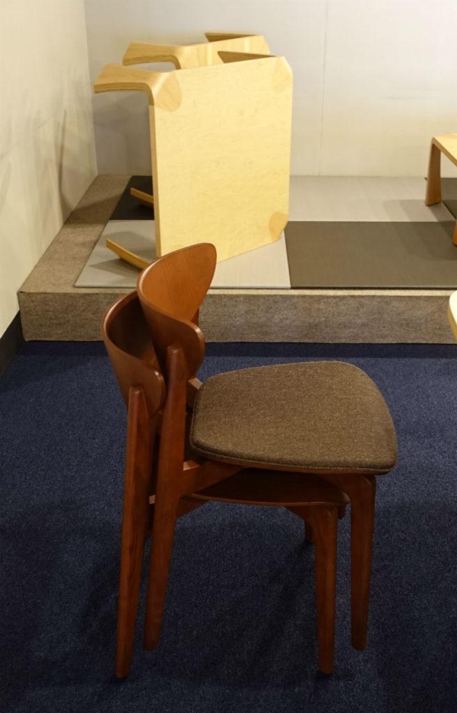 天童木工東京SR スタッキング可能な椅子 後ろは有名な座卓