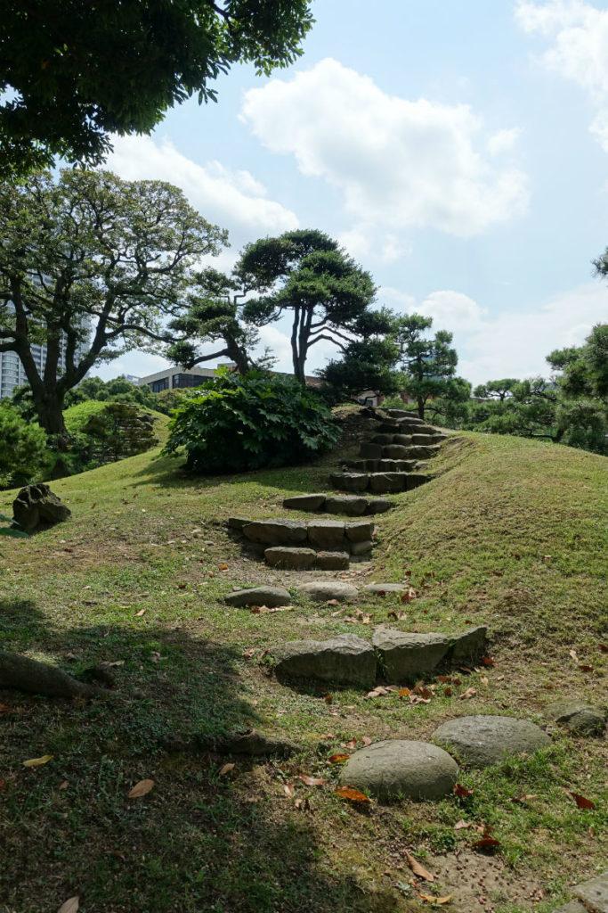 旧芝離宮恩賜庭園 池の南西にある高台 築山