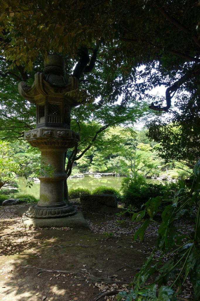旧古河庭園 心字池東 大きな灯篭
