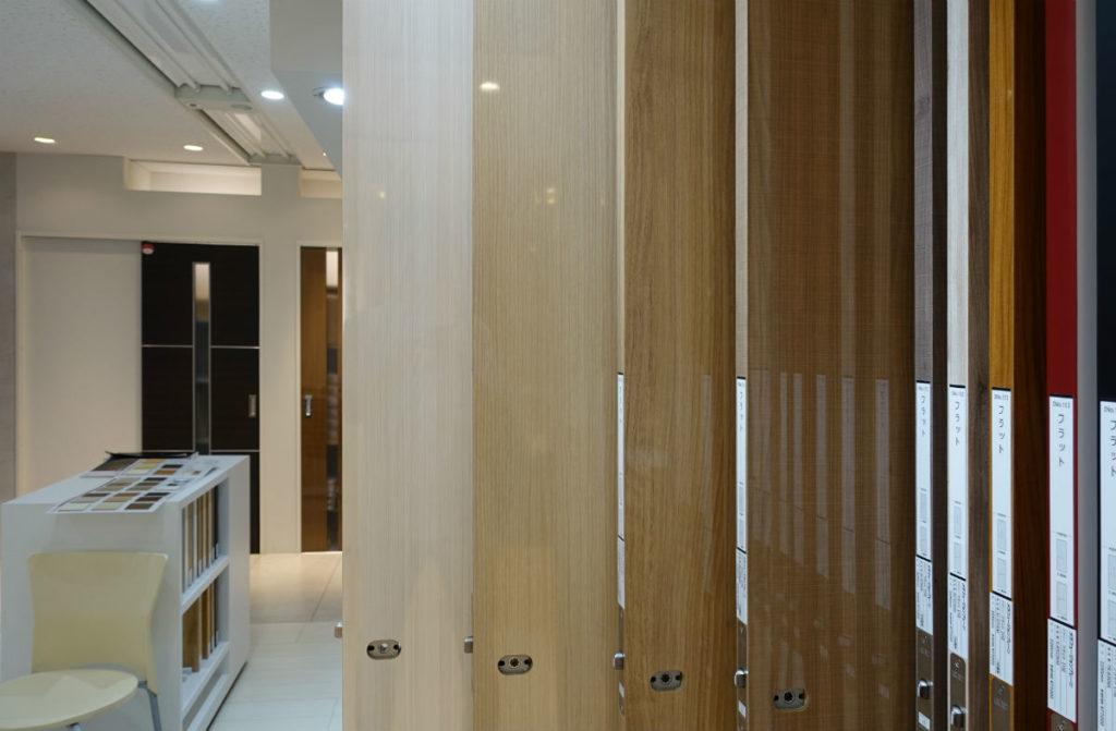 アイカ工業東京ショールーム入口 メラミンツヤありドア展示