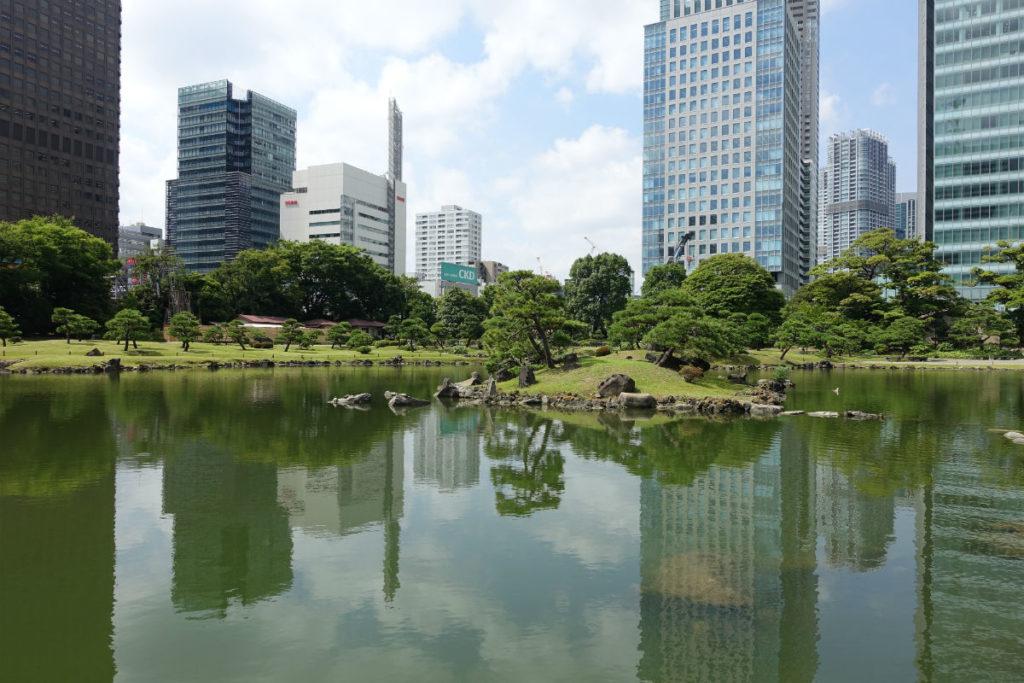 旧芝離宮恩賜庭園 中島から正門の方向に池を眺める