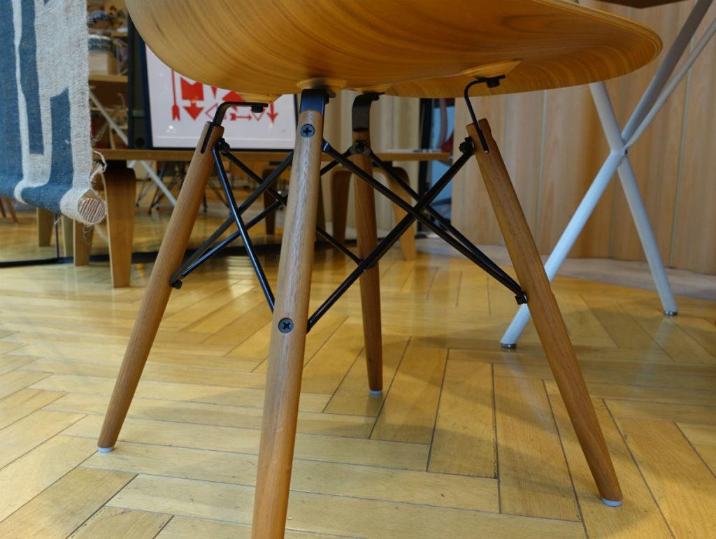 herman miller store tokyo 木製のシェルチェア 脚部