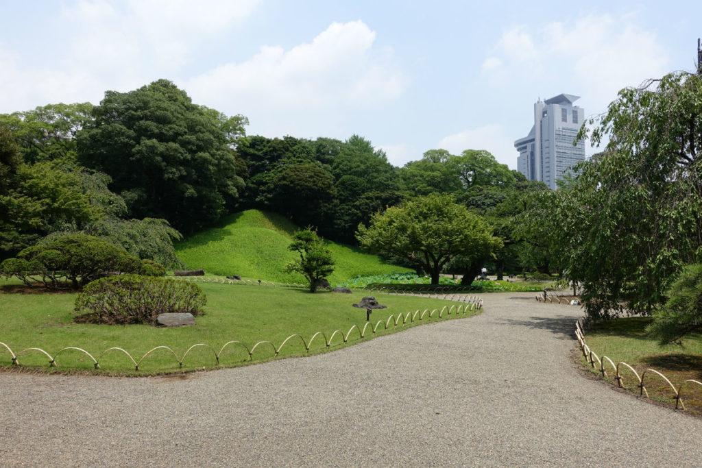 小石川後楽園 入口すぐの広場から小廬山