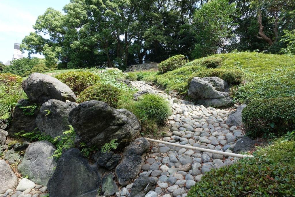 清澄庭園 富士山から流れる枯山水の滝 流れ