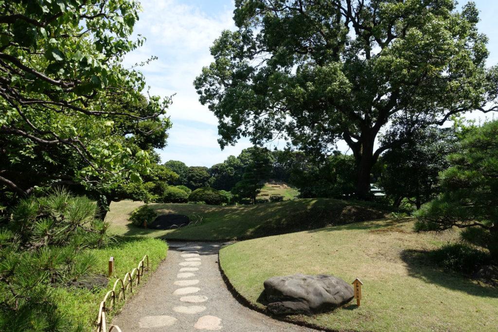 清澄庭園 園内通路とところどころに配置された石