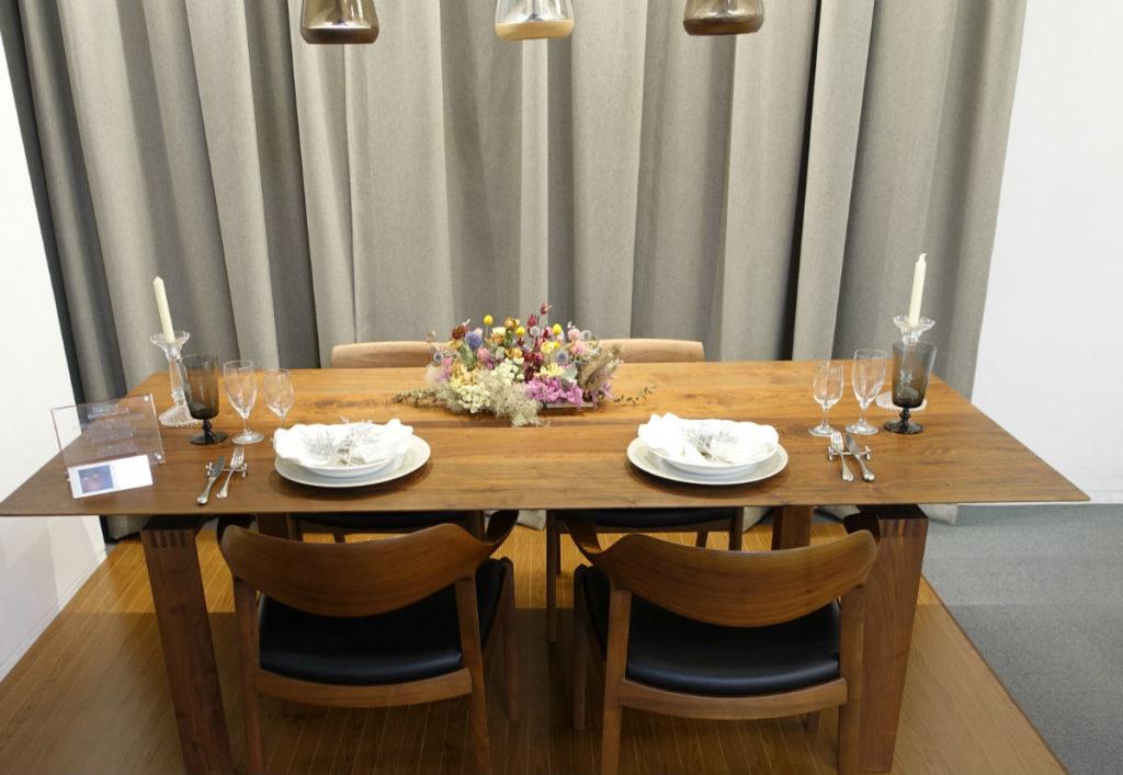 KOIZUMI ショールーム東京 木のテーブルに合うウオールナット等のペンダント