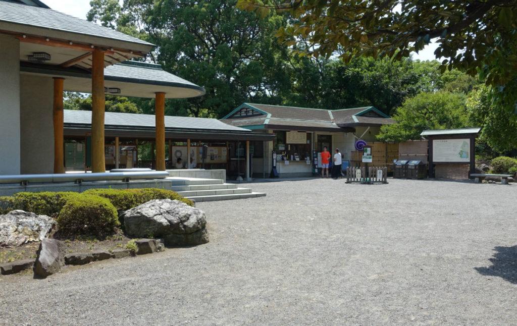 清澄庭園 受付前広場