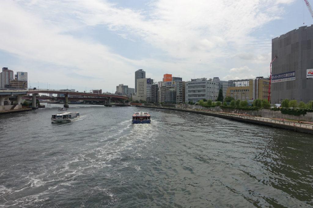 隅田川を渡る