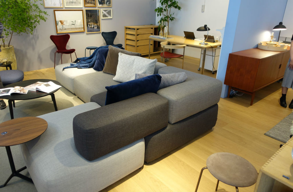 Fritz Hansen alphabet sofa と店内の様子