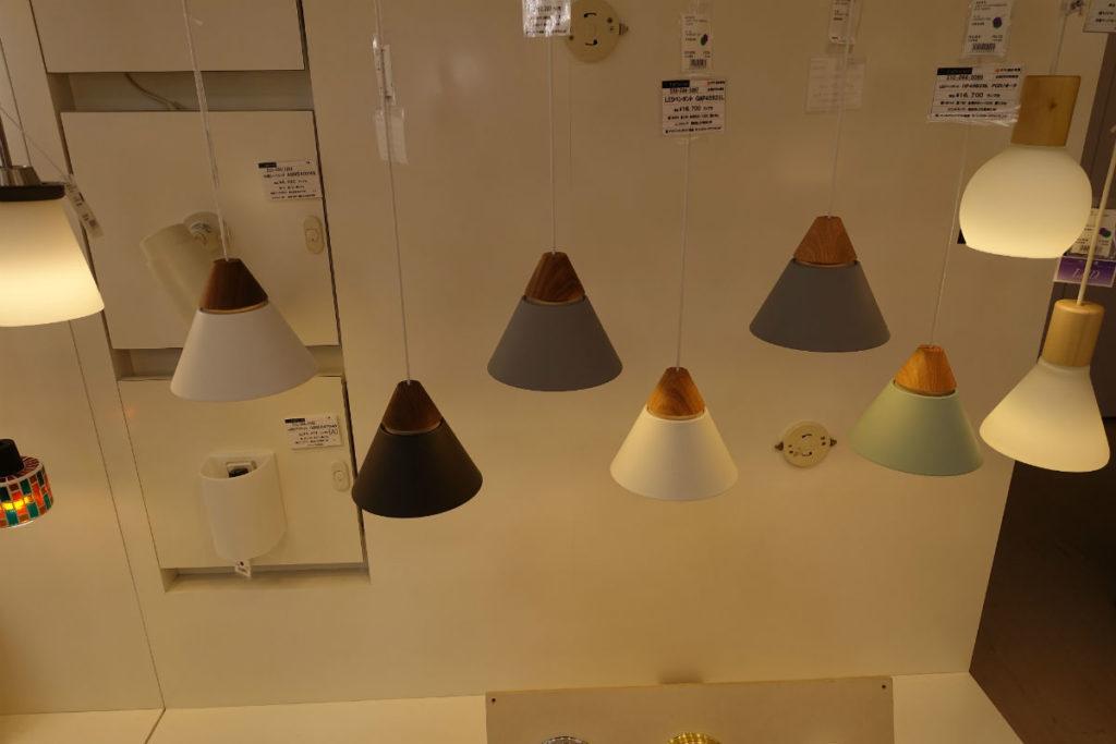 大塚家具有明24 照明エリア KOIZUMI の木製ペンダント