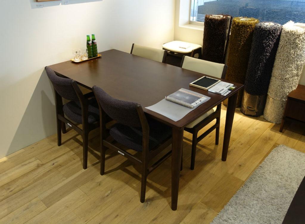 カリモク60新宿 アームレスダイニングチェアとテーブル