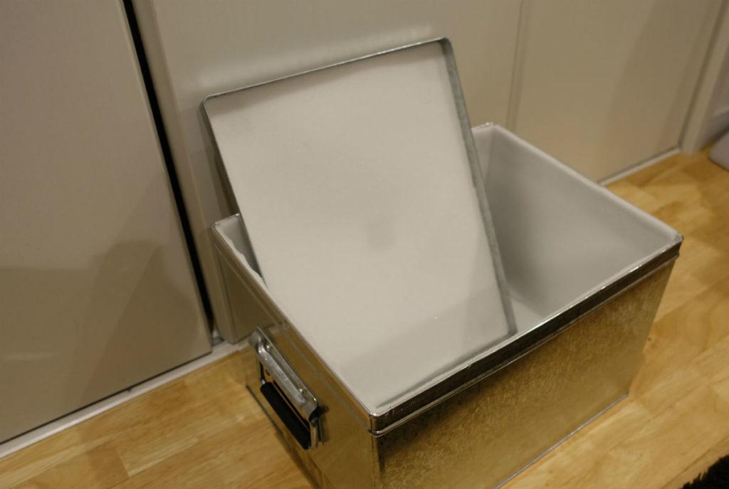 さらにウレタンスポンジで内張したMUJIのトタン箱