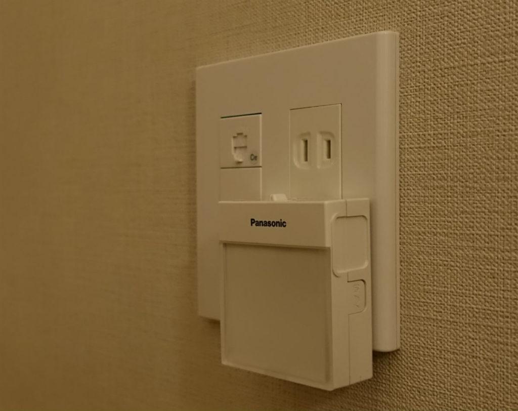 Panasonic ホームハンディー保安灯WTF4088W 普通のコンセントに設置した図