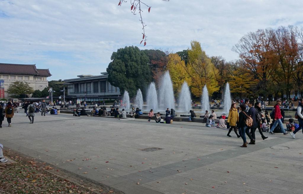 上野恩賜公園 大噴水と紅葉と国立博物館