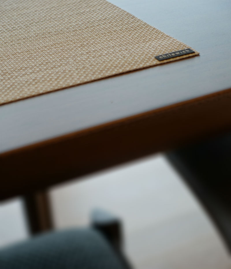 Chilewick mini basketweave placemats テーブル上2