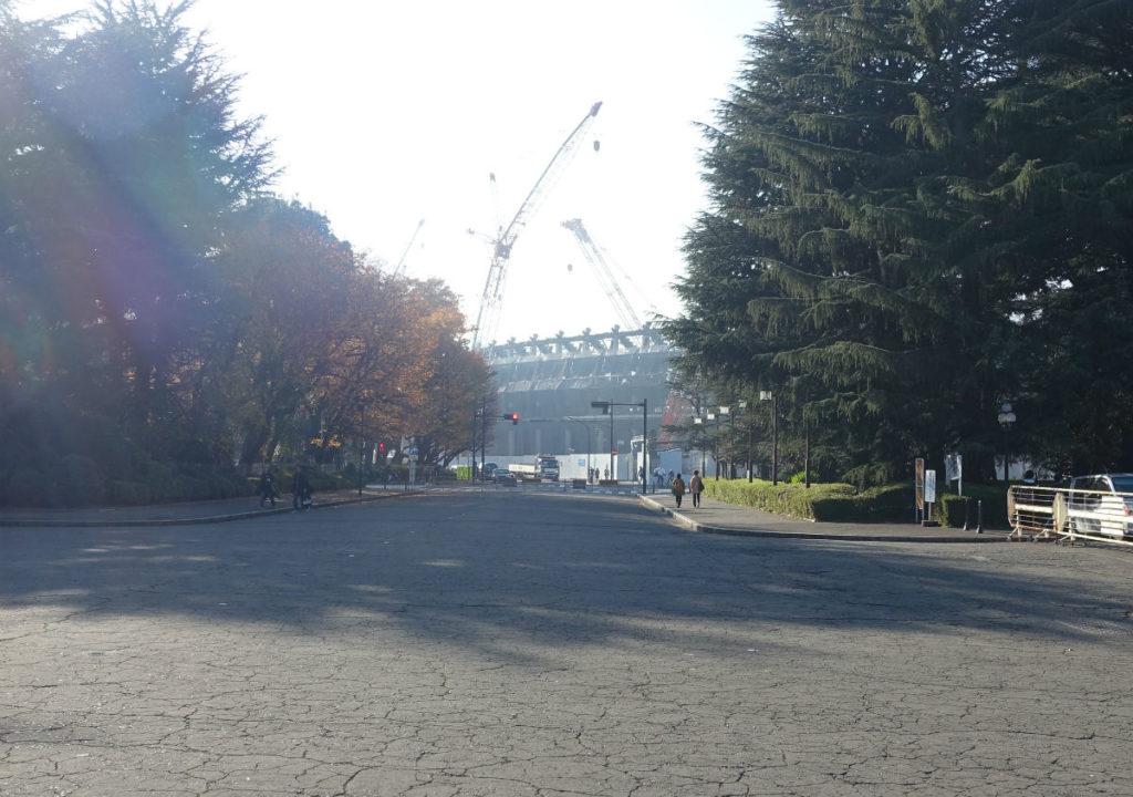 明治神宮外苑 聖徳記念絵画館正面から建設中の国立競技場