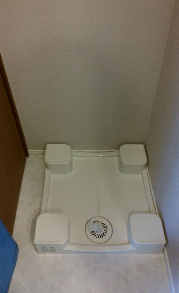 新居洗濯機スペース 防水パンが右に寄っている